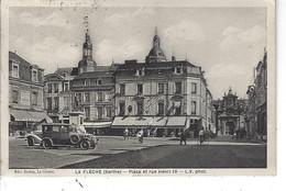 72 - La Fleche - ( SARTHE ) -T.B. Vue Animée De La Place Et Rue HenriIV ( Crédit Lyonnais , Vieilles Voitures , Hôtel ) - La Fleche