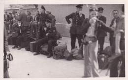 Officier Militaire - WW2 - Prisonniers - Uniformes - Képis - Fusils - Sacs à Dos De Packetage - CP Photo TBE - Oorlog 1939-45