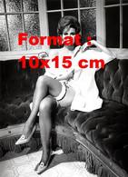 Reproduction D'une Photographie Ancienne De Raquel Welch Nue Sous Une Chemise Blanche Avec Des Bas Noirs - Reproducciones