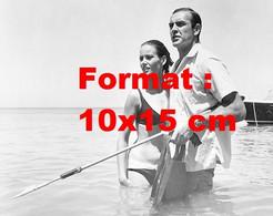 Reproduction D'une Photographie Ancienne De Claudine Auger Et Sean Connery Tenant Un Harpon - Reproducciones
