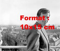Reproduction D'une Photographie Ancienne D'un Portrait De Jean-Paul Belmondo En Costume Sur Un Balcon En 1960 - Reproducciones