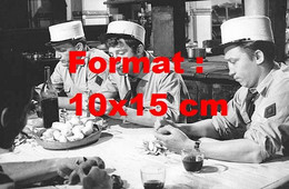 Reproduction D'une Photographie Anciennede Jean-Paul Belmondo Légionnaire épluchant Des Pomme De Terre En 1960 - Reproducciones
