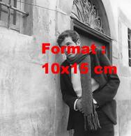 Reproduction D'une Photographie Anciennede Jean-Paul Belmondo En Costume Et Une Grande écharpe - Reproducciones