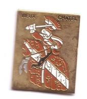 G199 Pin's Ville Village Vieux Châtel Sur Moselle Vosges Cheval Cavalier Chevalier Armure Achat Immédiat - Cities