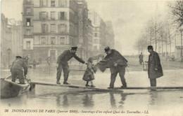 INONDATIONS DE PARIS ( Janvier 1910 ) Sauvetage D'un Enfant Quai Des Tournelles RV - Überschwemmung 1910