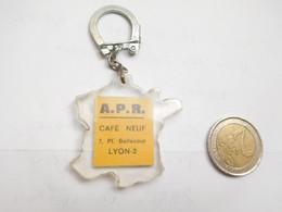 Beau Porte Clés , A.P.R. Café Neuf à Lyon , Rhône , Carte De France - Key-rings