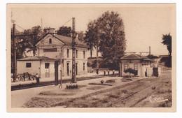 Jolie CPSM Années 1930  Montmoreau, Charente, La Gare - Altri Comuni