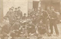 """Carte Photo D'un Groupe De Soldats Suisses """"à La Soupe"""" Pendant La Guerre 1914 - Personen"""