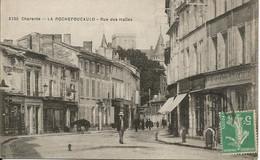 LA  ROCHEFOUCAULD  ( Charente )  -  RUE  DES  HALLES  /  Animée  Commerces  Alimentation  Du  Centre - Altri Comuni