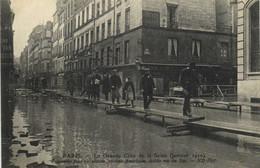 PARIS  La Grande Crue De La Seine (Janvier 1910) Passerelle Pour Circulation Système Americain Etablis Rue Du Bac RV - Überschwemmung 1910