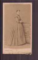 """Photo Sur Carton  ( 10.5 X 6 Cm ) """" Jeune Femme, Robe Longue à Rayures """" Photographe Franck, Paris - Oud (voor 1900)"""