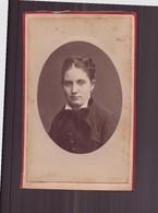 """Photo Sur Carton  ( 9.5 X 6 Cm ) """" Jeune Femme, Col Blanc Relevé, Lavallière Velours """" Photographe Thiel, Paris - Oud (voor 1900)"""