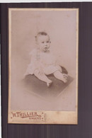 """Photo Sur Carton  ( 10.5 X 6 Cm ) """" Bébé Assise Sur Un Coussin """" Photographe Thillier, Angers - Oud (voor 1900)"""
