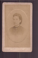 """Photo Sur Carton  ( 10.5 X 6.5 Cm ) """" Jeune Femme, Cheveux Tenus Par Un Filet, Croix Au Col """" Photographe Franck, Paris - Oud (voor 1900)"""
