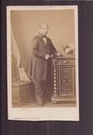 """Photo Sur Carton  ( 10 X 6 Cm ) """" Homme En Redingote à Côté D'un Buffet """" Photographe Livitsky - Oud (voor 1900)"""