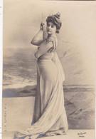 """ARTISTE. THEATRE.CPA .ANNÉES 1900."""" REJANE """". MODE . PHOTO D'ART REUTLINGER PARIS . - Künstler"""