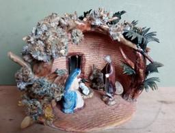 Natale Presepe In Porcellana Con Sacra Famiglia (5 Pezzi) Firmato Tucci 2000 Ca. (H103) Come Da Foto Fiori Delicati - Nacimientos - Pesebres