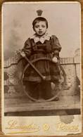 Photo Ancienne Format CDV - Enfant En Costume Jouant Avec Une Roue - Photo Langlois Paris - Fotografía