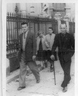 Photographie Anonyme Vintage Snapshot Walking Walker Marche Marcher Smoking - Anonyme Personen
