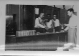 Photographie Anonyme Vintage Snapshot Café Drink Drinking Alcohol Smoking - Anonyme Personen