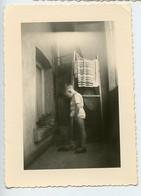 Snapshot Superbe Composition Garçon Kid Boy Enfant Short Serviette Lumiere Light Ambiance Balcon - Anonyme Personen