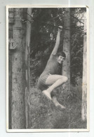 Young Man Trains  K377-539 - Anonyme Personen