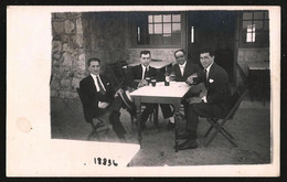 1777 - Elegants Young MEN In Suit Sitting Outside The Bar Drinking Black Beer - Photo Postcard 1920's - Anonyme Personen