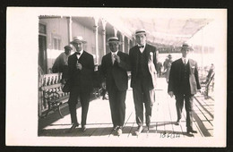 1778 - Elegants Young MEN In Suit With Hats And Smoking Cigarettes Walking At The Rambla - Photo Postcard 1920's - Anonyme Personen