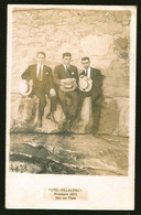 1779 - Elegants Young MEN In Suit With Hats Sitting On The Rocks - Photo Postcard 1920's - Anonyme Personen