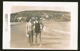 1782 - Young MAN In Swimsuit And GIRL WOMAN At The Piriapolis Beach And City - Photo Postcard 1920's - Anonyme Personen