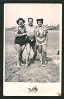 1784 - Muscular Young MAN And Two WOMEN In Swimsuit By The Beach - Photo Postcard 1940's - Anonyme Personen