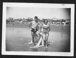 1786 - Couple Man And Girl In Swimsuit At The Beach - Photo 9x6cm 1950's - Anonyme Personen