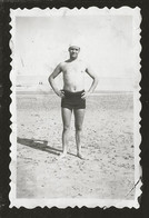 1787 - MAN In Swimsuit At The Beach - Photo 8x6cm 1940's - Anonyme Personen