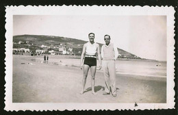1790 - MAN In Swimsuit And His Friend At The Piriapolis Beach - Photo 11x7cm 1940's - Anonyme Personen