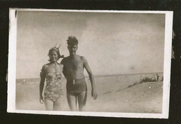 1796 - Couple In Swimsuit At The Beach - Photo 9x6cm 1940's - Anonyme Personen