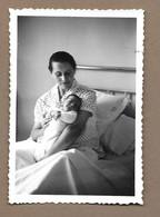 PHOTO 8,5 X 6 Cm De 1958.. FEMME Avec Son BEBE - Anonyme Personen