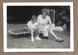 PHOTO 13 X 9 Cm De 1962.. FEMME, ENFANT Avec Un Arrosoir ( BRUXELLES) - Anonyme Personen