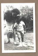 PHOTO 13 X 9 Cm De 1962.. FEMME, ENFANT , Sceau D'Eau - Anonyme Personen