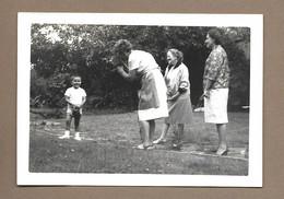 PHOTO 13 X 9 Cm De 1962.. FEMMES, ENFANT En Train De Se Faire Filmer CAMERA - Anonyme Personen