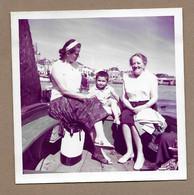PHOTO 9 X 9 Cm De 1962.. FEMMES, ENFANT Pour La Traversée Du Chenal D'accès Au Port Des SABLES D'OLONNE à La TRONCHE - Anonyme Personen