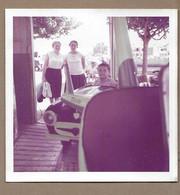 PHOTO 9 X 9 Cm De 1962.. FEMMES, ENFANT Dans La Voiture Du Manège à La CHAUME, LES SABLES D'OLONNE - Anonyme Personen