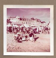PHOTO 9 X 9 Cm De 1962.. FEMMES, HOMME, ENFANT à La Plage LES SABLES D'OLONNE - Anonyme Personen