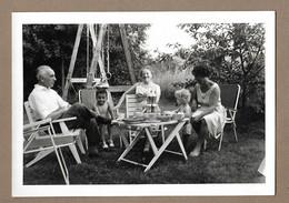 PHOTO 12,5 X 9 Cm De 1963.. FEMMES, HOMME, ENFANTS Au Goûter.. Chez Josée à CENTRY - Anonyme Personen