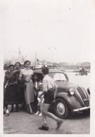 Foto Di Auto D'epoca Con Persone  Adiacenti - Cm 10 X 7 Circa - Automobile